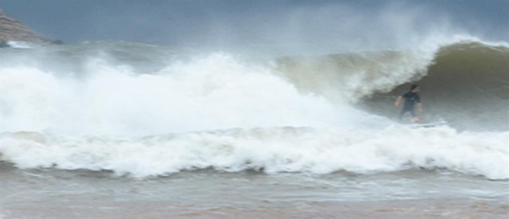 """Κάνουν σερφ εν μέσω του κυκλώνα """"Ζορμπά"""" (βίντεο)"""