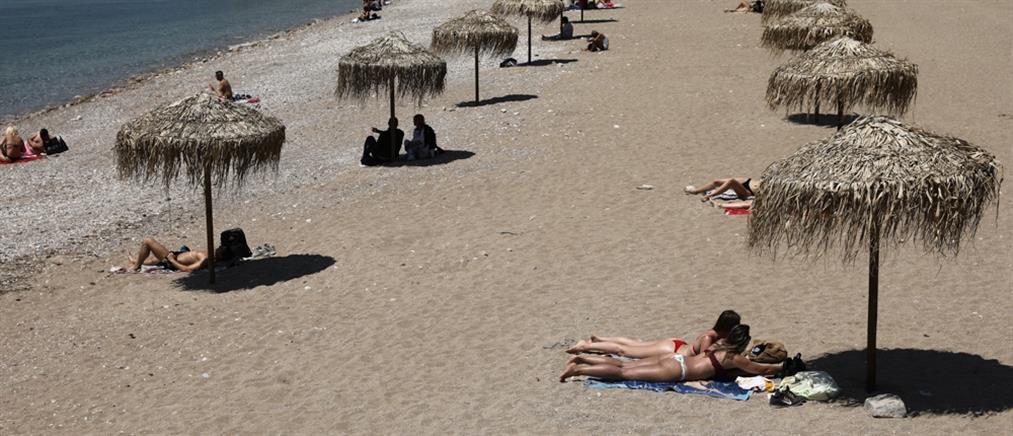 Γλυφάδα: Ομπρέλες με αποστάσεις και μέτρα στην παραλία (εικόνες)