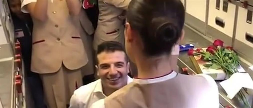 Πρόταση γάμου σε αεροσυνοδό από ολόκληρο… αεροπλάνο (βίντεο)