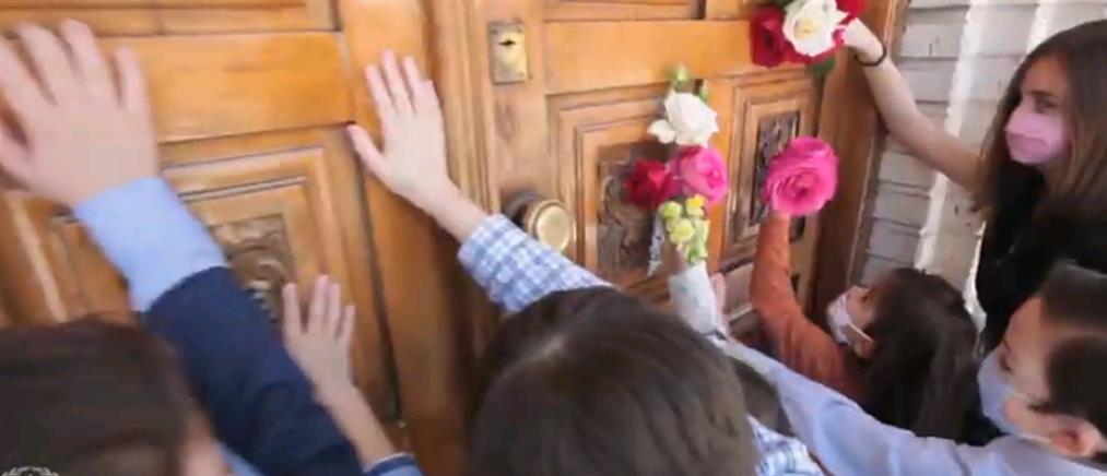Παιδιά ανοίγουν την εκκλησία μετά την καραντίνα (εικόνες)