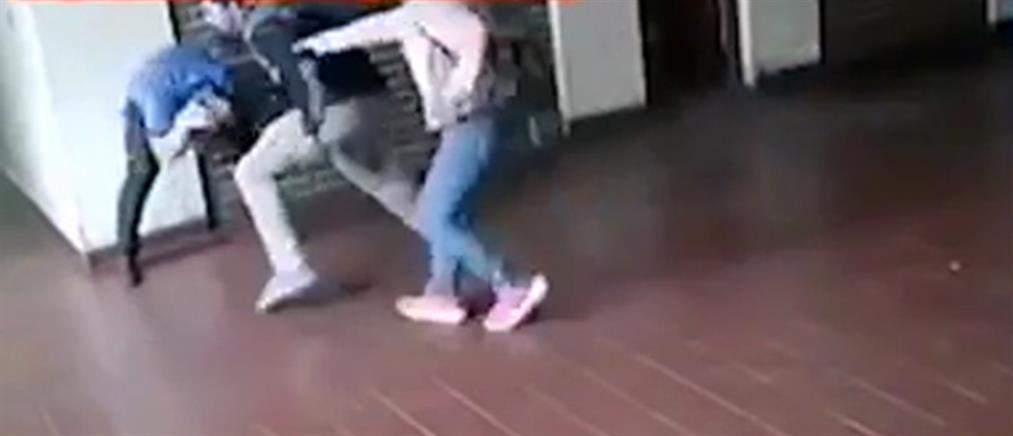 """Πατέρας """"έσπασε"""" στο ξύλο καθηγητή που κατηγορείται ότι κακοποίησε σεξουαλικά την κόρη του (βίντεο)"""
