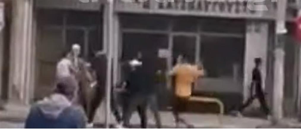 Επίθεση μίσους σε άνδρα με ξύλινα ραβδιά (βίντεο)