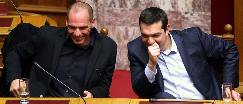Ο Τσίπρας σκουντάει τον Βαρουφάκη για να ψηφίσει ΠτΔ (Βίντεο)