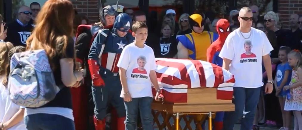 Συγκινητικό! Σούπερ ήρωες συνόδευσαν 10χρονο στην τελευταία του κατοικία (βίντεο)