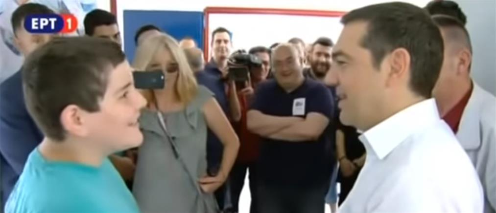 Viral: Ο απολαυστικός διάλογος του Τσίπρα με μαθητή έξω από το εκλογικό τμήμα (βίντεο)