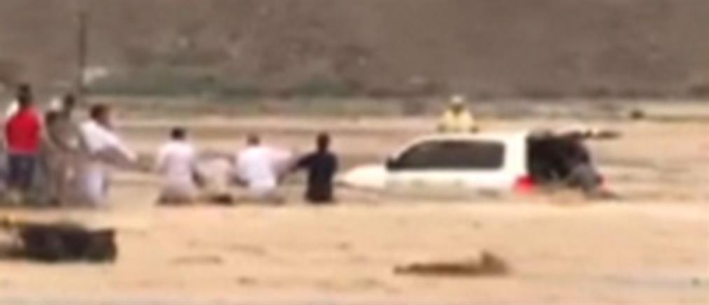 Δραματική διάσωση οικογένειας από πλημμυρισμένο δρόμο (βίντεο)