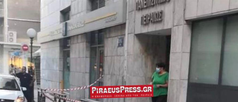 Πειραιάς: Κατέρρευσε η πρόσοψη του Πανεπιστημίου την ώρα που περνούσαν αυτοκίνητα (εικόνες)