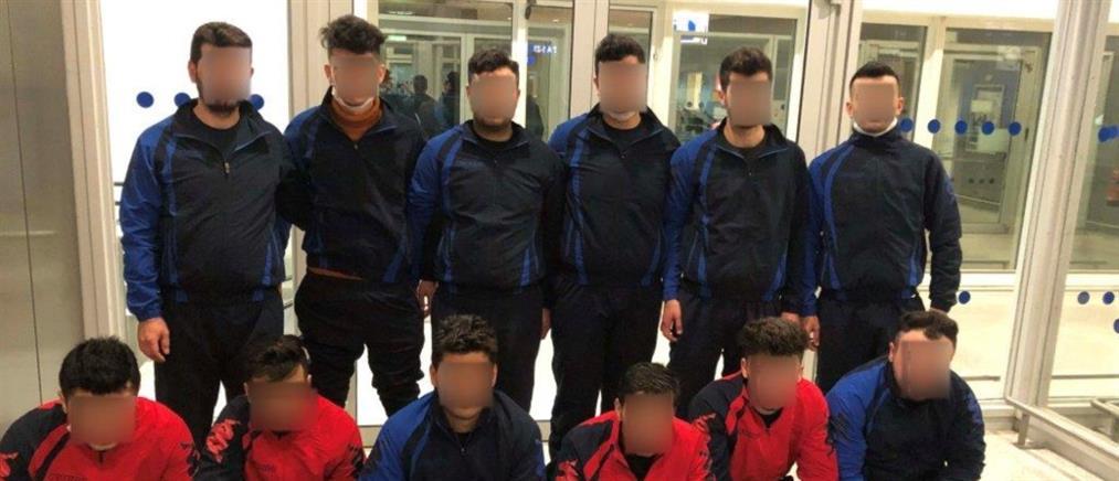"""Χειροπέδες σε """"ομάδα χάντμπολ"""" με πλαστά διαβατήρια (εικόνες)"""