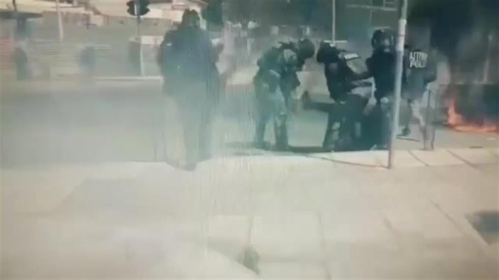 Διαδηλωτής άρπαξε φωτιά από μολότοφ
