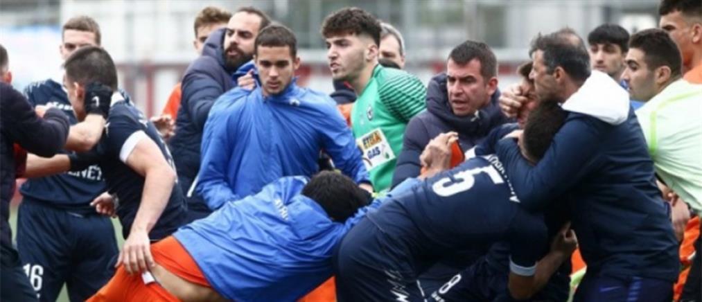 Εικόνες ντροπής: Ξύλο σε αγώνα Κ19 της Football League (βίντεο)