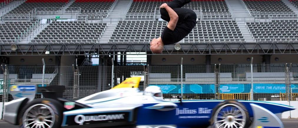 Ανάποδο άλμα πάνω από κινούμενο αγωνιστικό μονοθέσιο της Formula E (Βίντεο)