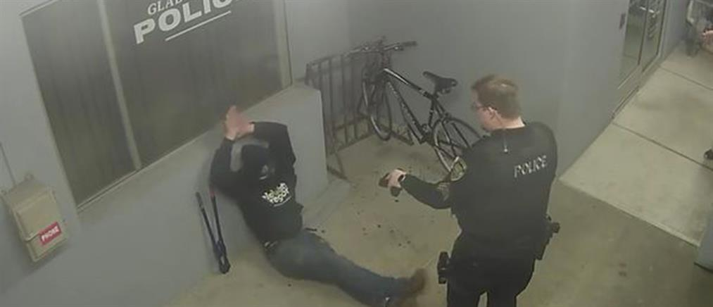 """""""Όσκαρ"""" κλοπής: κουκουλοφόρος προσπάθησε να κλέψει ποδήλατο από αστυνομικό τμήμα (βίντεο)"""