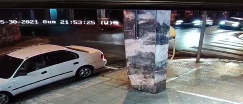 """Τροχαίο-σοκ: Ντελιβεράς """"εκσφενδονίζεται"""" από αυτοκίνητο που περνά με κόκκινο (βίντεο)"""