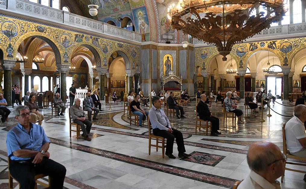 Εκκλησίες: Λειτουργία με πιστούς, μάσκες και αποστάσεις (εικόνες ...