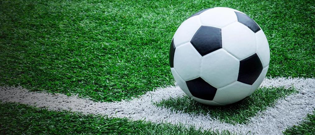 Ποδοσφαιριστής φίλησε τη μπάλα και τιμωρήθηκε (βίντεο)
