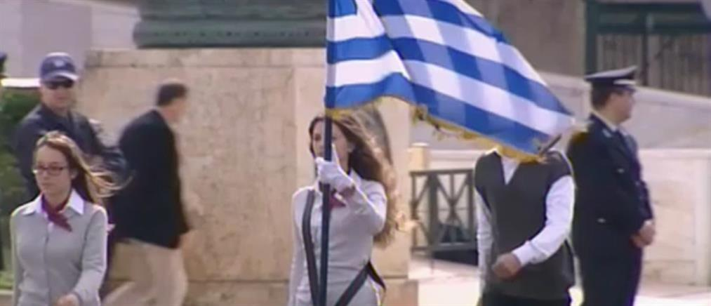 Σημαιοφόροι στις παρελάσεις θα είναι ξανά οι καλύτεροι μαθητές (βίντεο)