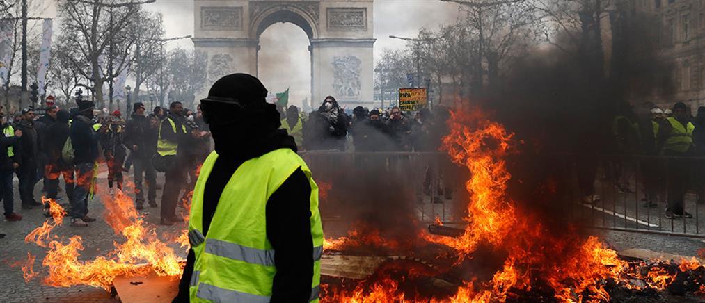 """""""Κίτρινα γιλέκα"""": Συγκρούσεις, λεηλασίες και προσαγωγές (εικόνες)"""