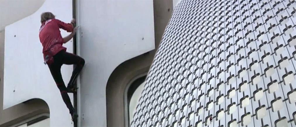 Σκαρφάλωσε σε ουρανοξύστη του Παρισιού με γυμνά χέρια
