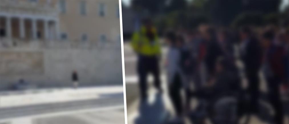 Η επίσκεψη σχολείου στον Άγνωστο Στρατιώτη που έγινε viral (βίντεο)