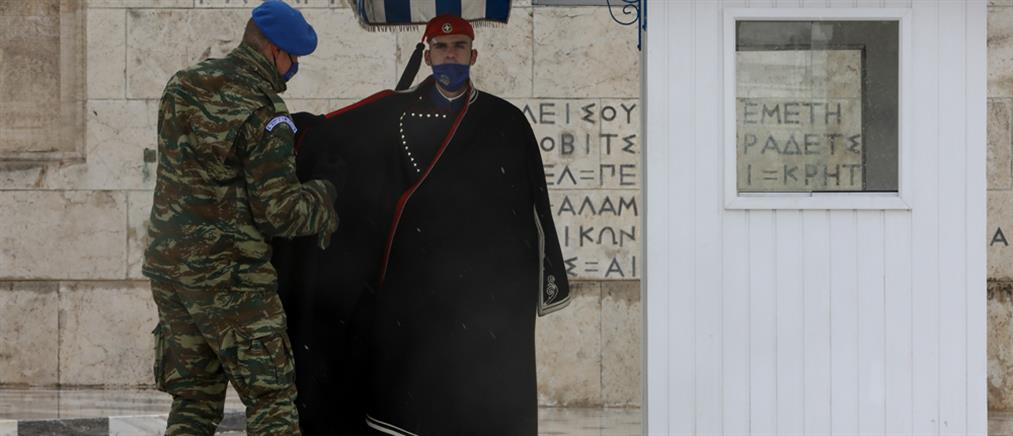 """""""Μήδεια"""" – Σύνταγμα: Αλλαγή φρουράς με χιόνι στον Άγνωστο Στρατιώτη (εικόνες)"""