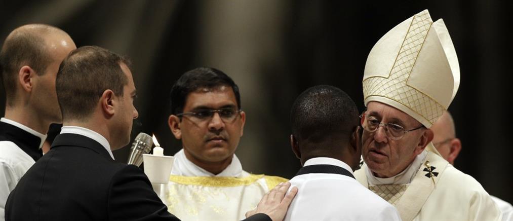 Ο Πάπας Φραγκίσκος βάπτισε ήρωα μετανάστη (βίντεο)