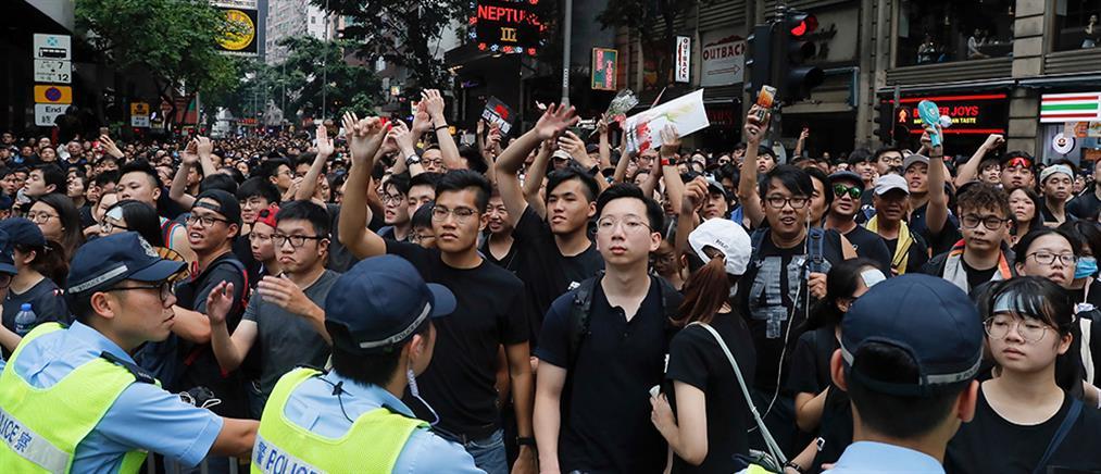 Χονγκ Κόνγκ: ζήτησε συγνώμη και αποσύρει το επίμαχο νομοσχέδιο η Λαμ