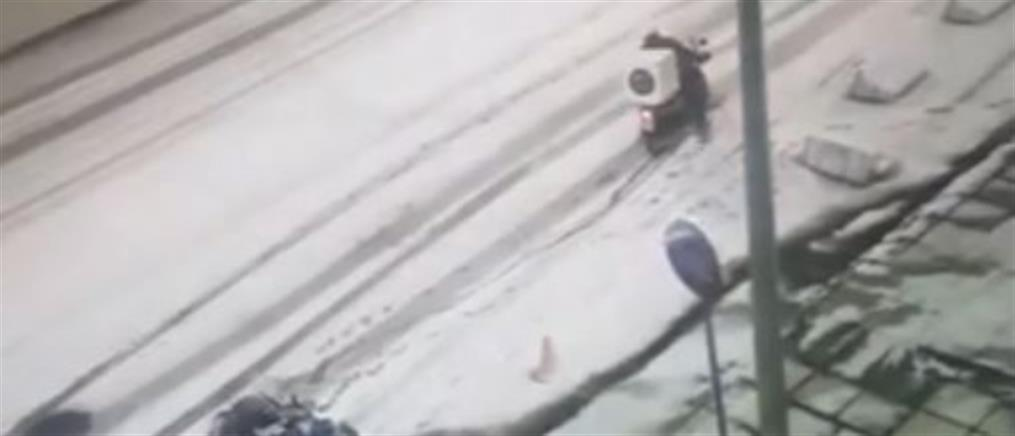 """Η """"μάχη"""" δύο ντελιβεράδων μέσα στο χιόνι (βίντεο)"""