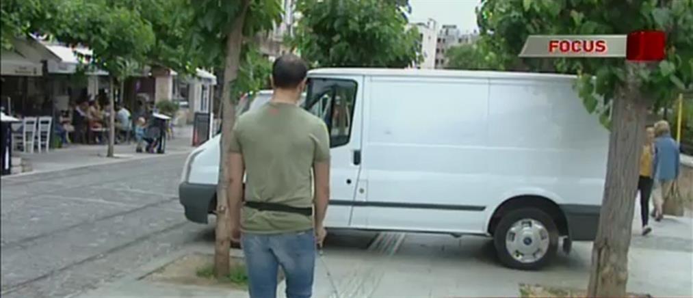 """Έκκληση από τυφλούς για τα εμπόδια στους δρόμους που κάνουν """"Γολγοθά"""" την ζωή τους (βίντεο)"""