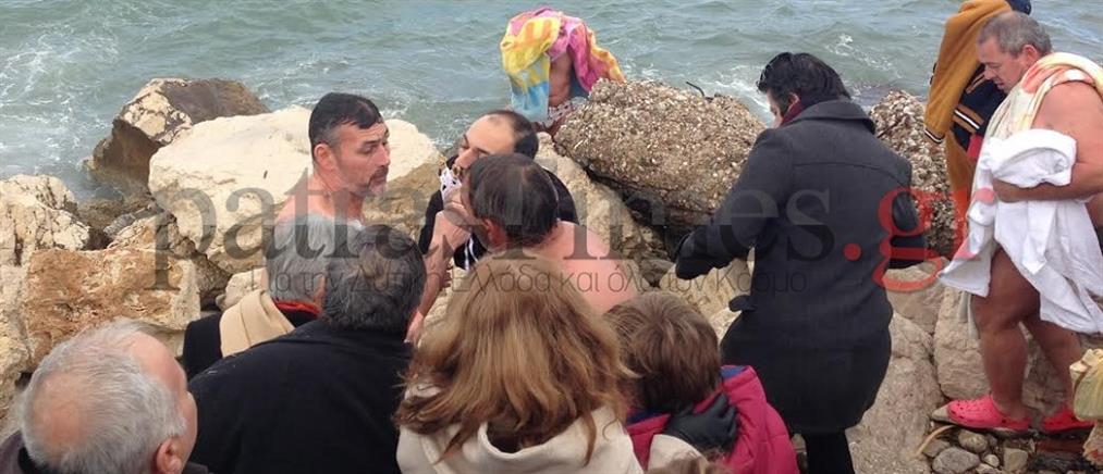 Θεοφάνεια στην Πάτρα: Τσακώθηκαν για τον Σταυρό! (βίντεο)