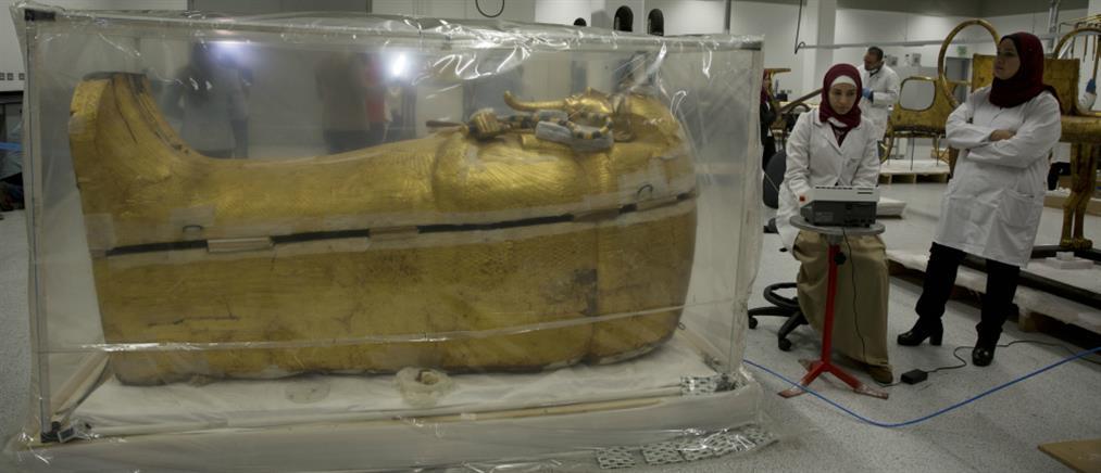 Παρουσιάστηκε η χρυσή σαρκοφάγος του Τουταγχαμών (εικόνες)