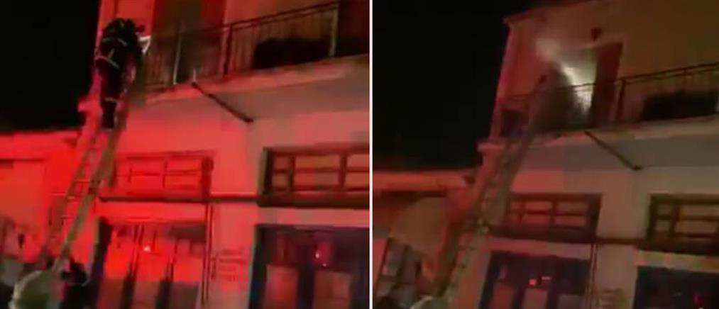 Το σπίτι του είχε πάρει φωτιά κι αυτός κοιμόταν μέσα (βίντεο)