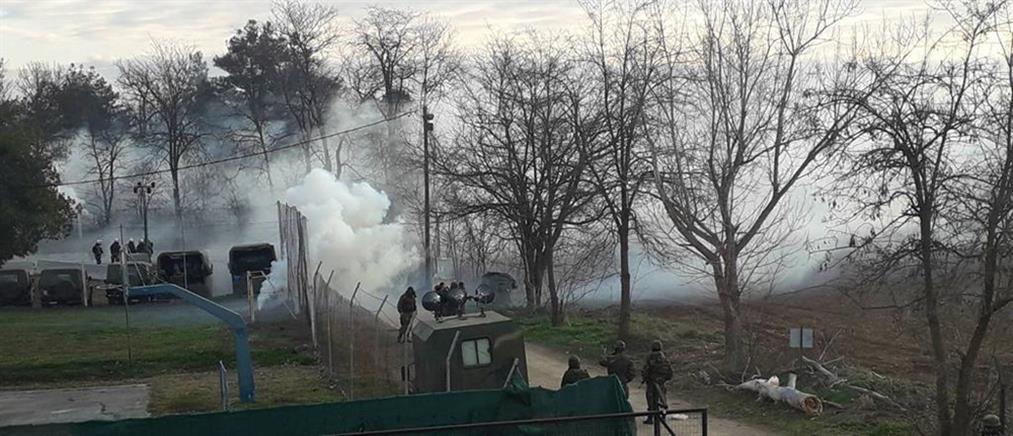 """Έβρος: η Τουρκία """"πιέζει"""" τους συγκεντρωμένους για να """"σπάσουν"""" τα σύνορα (εικόνες)"""