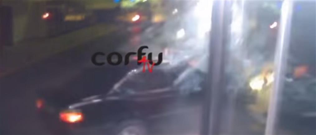 """Αυτοκίνητο """"καρφώθηκε"""" σε τζαμαρία στην Κέρκυρα (βίντεο)"""