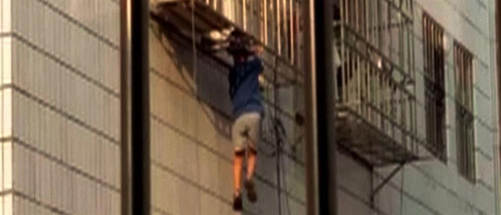 Βίντεο: 4χρονος κρέμεται από μπαλκόνι του 6ου από το κεφάλι!