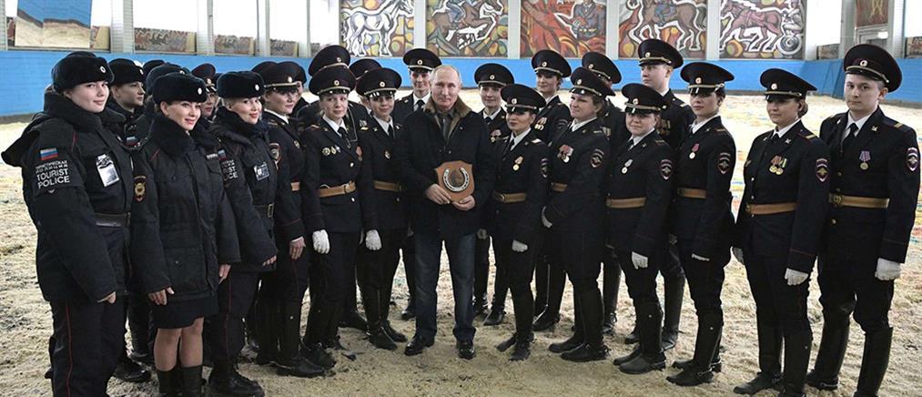 Ο Πούτιν για ιππασία μαζί με γυναίκες αστυνομικούς (βίντεο)