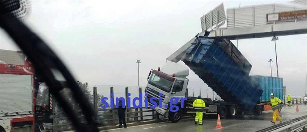 """Γέφυρα Ρίου-Αντιρρίου: Καρότσα νταλίκας """"καρφώθηκε"""" σε πινακίδα λόγω… αέρα! (εικόνες)"""