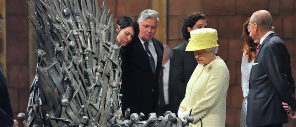 Δίπλα στον περίφημο «Σιδερένιο Θρόνο» η βασίλισσα Ελισάβετ
