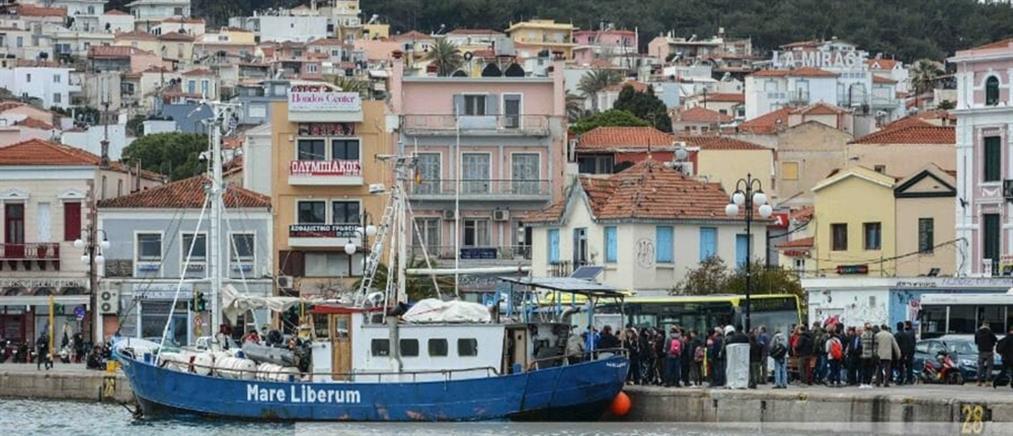 Αποτέλεσμα εικόνας για Κάτοικοι της Μυτιλήνης εμπόδισαν να δέσει στο λιμάνι πλοίο της Γερμανικής ΜΚΟ «Sea Watch»...
