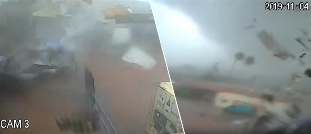 """Καλαμάτα: H στιγμή που ο ανεμοστρόβιλος """"χτύπησε"""" εργοστάσιο (βίντεο)"""