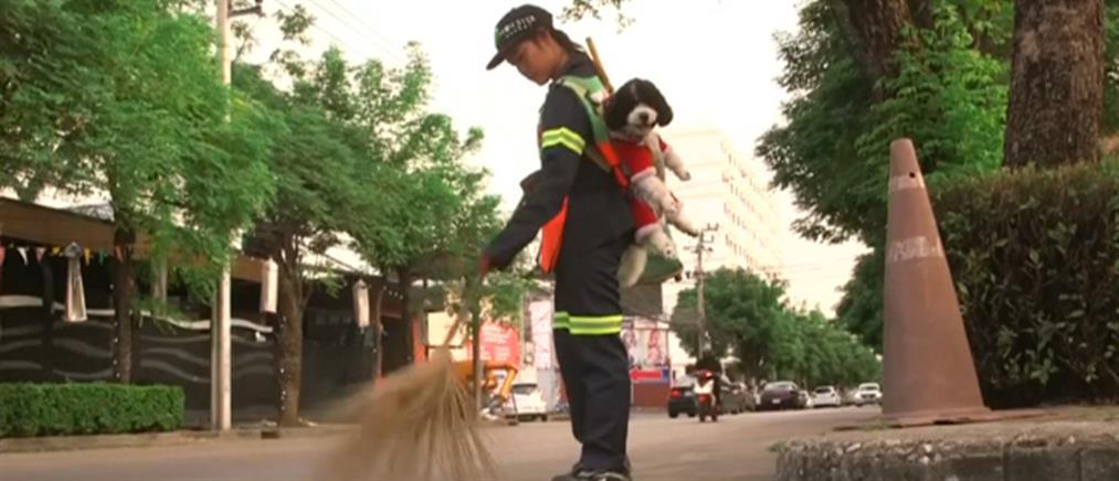 Viral: υπάλληλος καθαριότητας δουλεύει κουβαλώντας… τον σκύλο της (βίντεο)