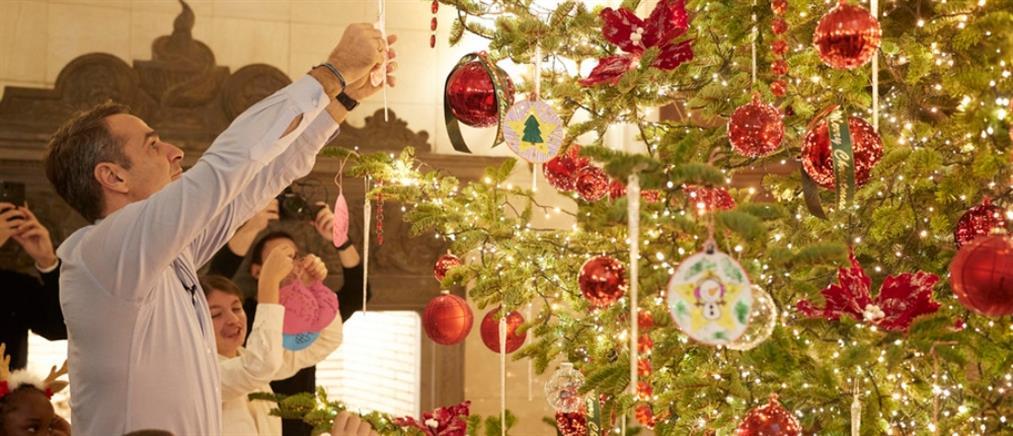 """Παιδιά από την """"Κιβωτό του Κόσμου"""" στόλισαν το χριστουγεννιάτικο δέντρο στο Μαξίμου (εικόνες)"""