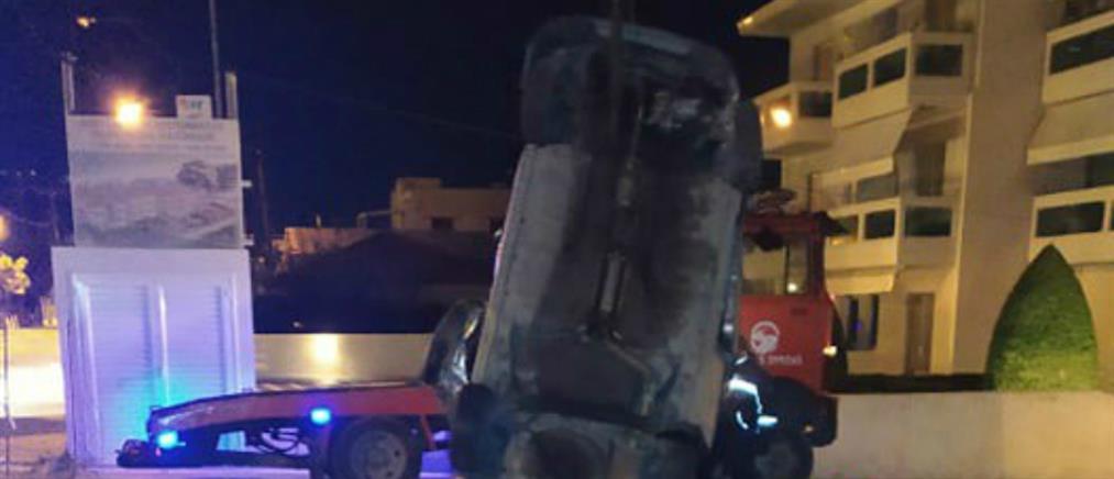 Αυτοκίνητο ανετράπη και έπεσε σε υπόγειο γκαράζ πολυκατοικίας (εικόνες)