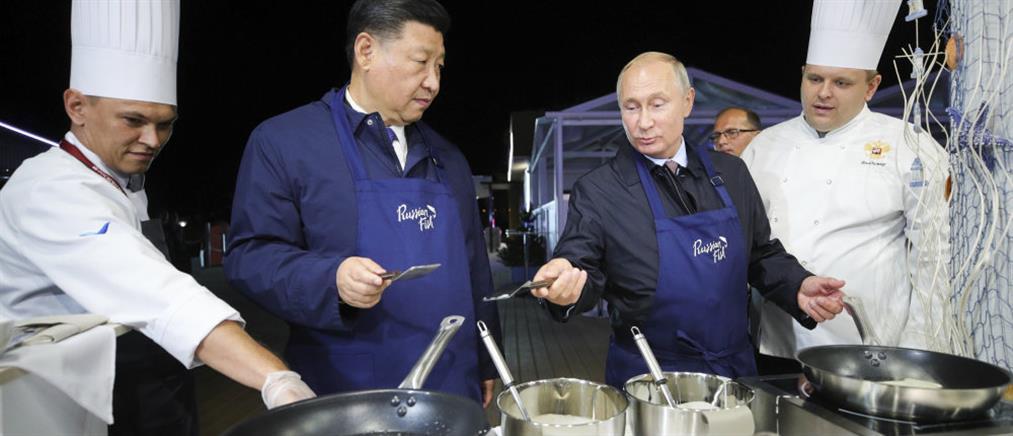 Πούτιν: φόρεσε ποδιά κι έφτιαξε pancakes (βίντεο)