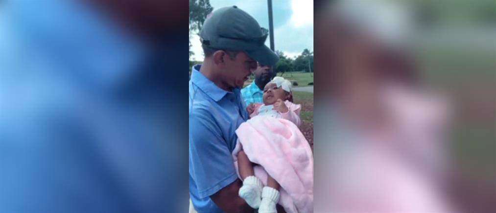 """Ο Μπαράκ Ομπάμα """"ευλόγησε"""" νεογέννητο (βίντεο)"""