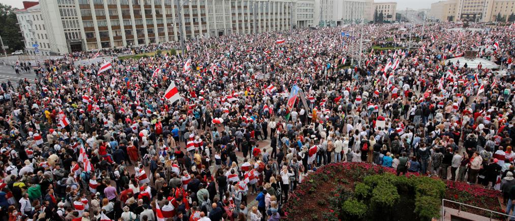 Λευκορωσία: χιλιάδες διαδηλωτές και στρατός στο δρόμο (εικόνες)
