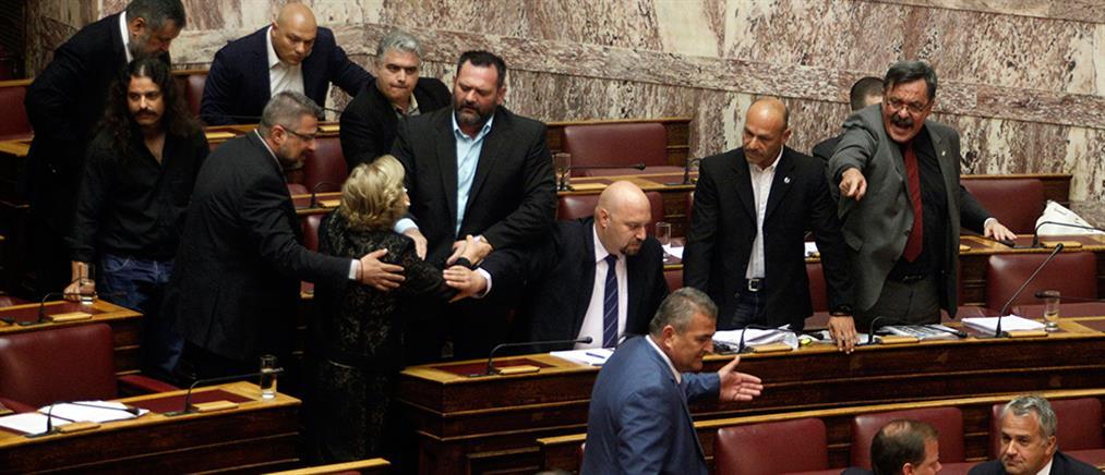 """""""Άναψαν τα αίματα"""" στη Βουλή – Διεκόπη η συνεδρίαση (βίντεο+φωτο)"""