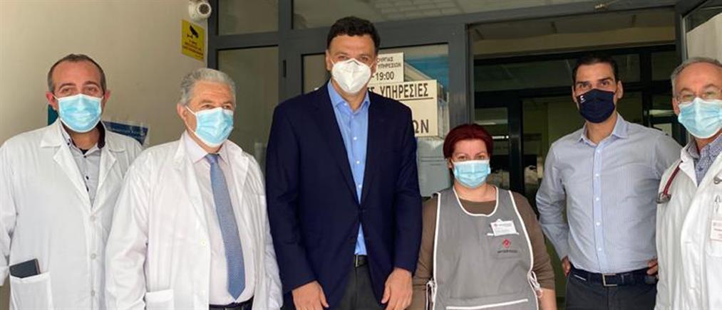 Κικίλιας: Μοίρασε ευχές και γλυκά στα Κέντρα Υγείας Κεραμεικού και Αθηνών (εικόνες)