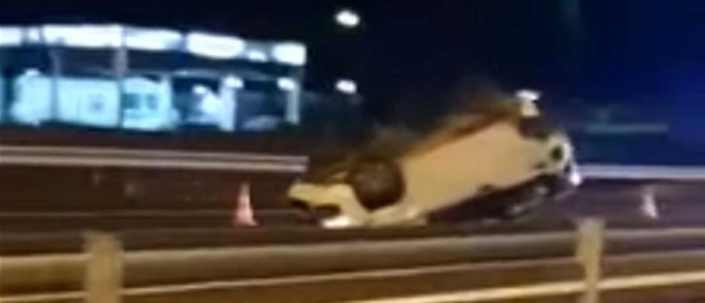 """Ηράκλειο - τροχαίο: ΙΧ """"προσγειώθηκε"""" με την οροφή στο δρόμο! (βίντεο)"""