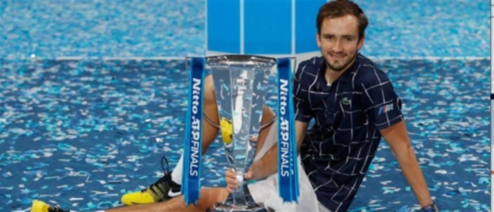 ATP Finals: Η κούπα στον Μεντβέντεφ