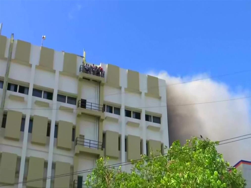 Ινδία: Δραματική διάσωση εγκλωβισμένων σε φλεγόμενο κτήριο